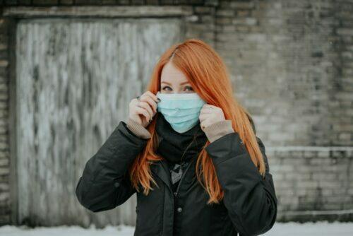 Femme masque rousse