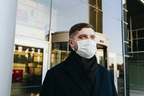 Homme masque exterieur